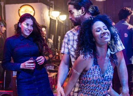 Elisa fica soltinha na festa do Rota e dá em cima de Nuno