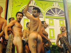 Peladões da Mocidade fazem graça cobrindo partes do corpo sobre carro durante desfile na Sapucaí (Foto: Alexandre Durão/G1)