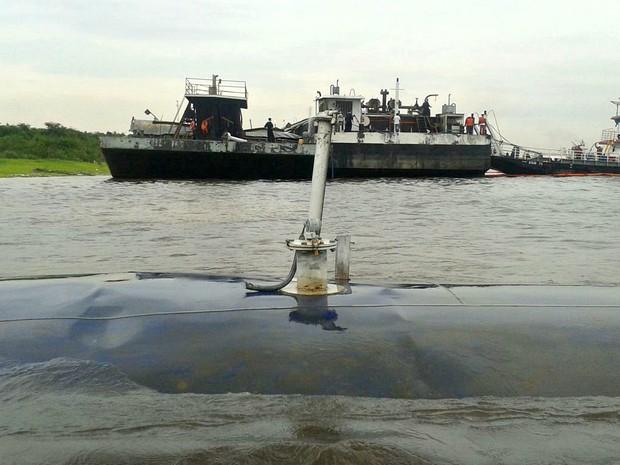 Explosão ocorreu em balsa no Rio Negro, em Manaus (Foto: Adneison Severiano/G1 AM)