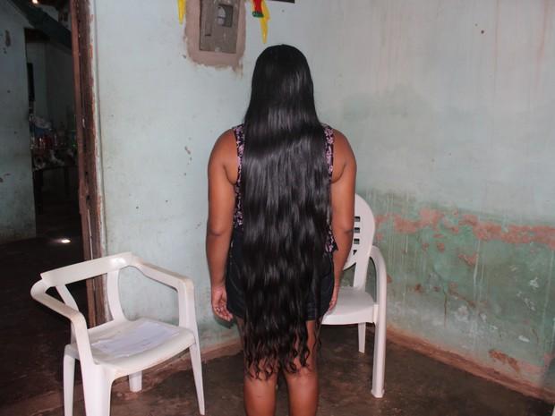 Maria das Graças não corta há 4 anos e cabelo já mede 1,20 m (Foto: Juliana Barros/G1)