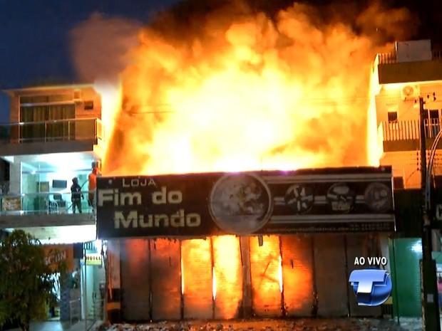 Incêndio atingiu a loja no centro de Santarém por volta de 5h30 (Foto: Reprodução/TV Tapajós)