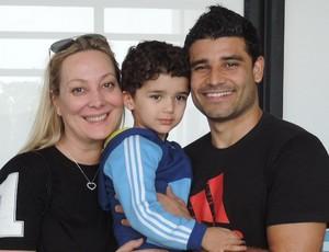 Ederson, do Lazio, com a família, no Aeroporto de Presidente Prudente (Foto: João Paulo Tilio / Globoesporte.com)