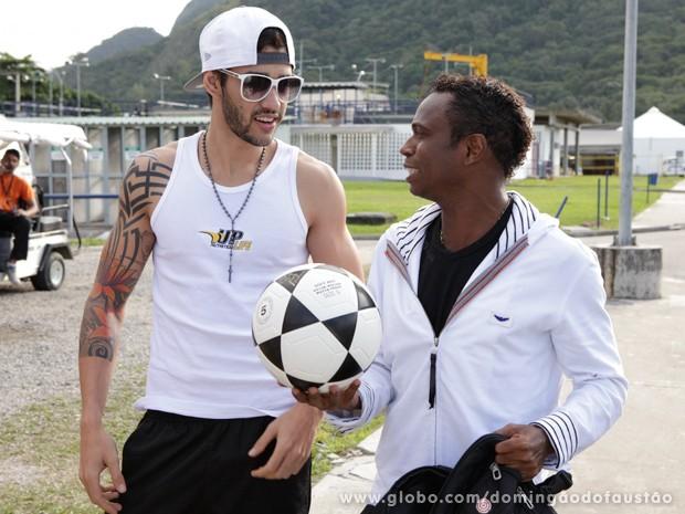 Gusttavo Lima e Edílson chegam para o ensaio (Foto: Domingão do Faustão / TV Globo)