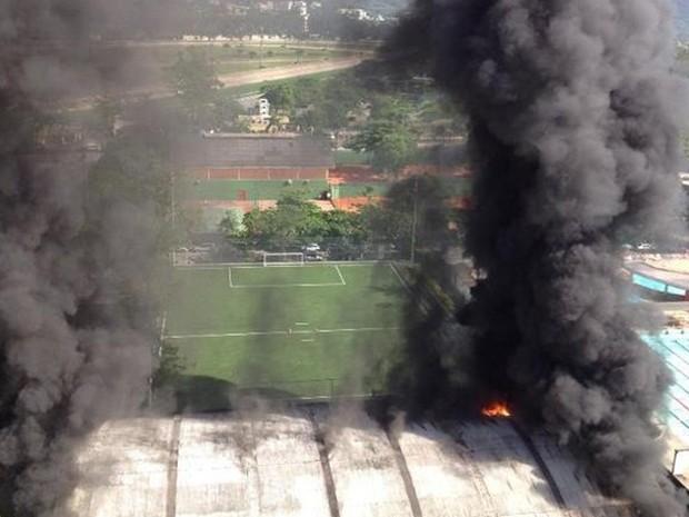 Teto do ginásio Claudio Coutinho ficou em chamas (Foto: Alexander Grünwald/Globoesporte.com)