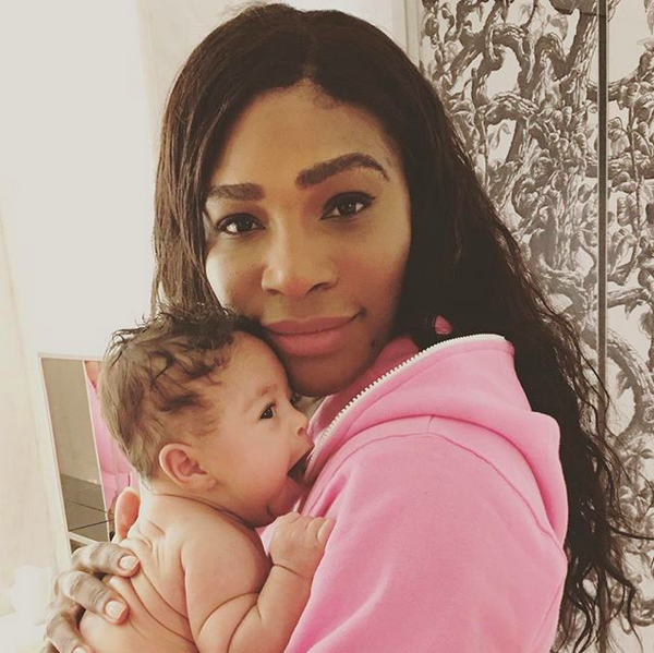 A tenista Serena Williams com a filha no colo (Foto: Instagram)