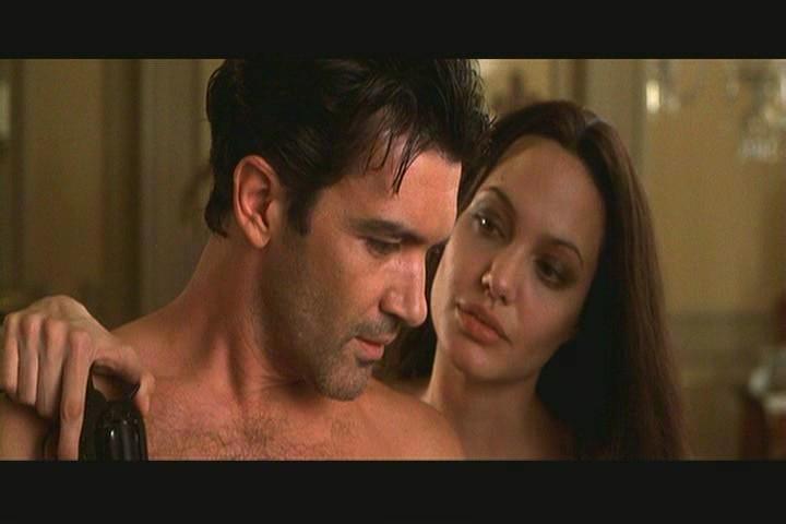 Os dois atores tiveram uma química tão incrível nas cenas de 'Pecado Original', que surgiu o boato que o sexo tinha sido real. (Foto: Reprodução)