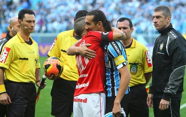 D'Alessandro e Barcos, capitães de Inter e Grêmio, no Gre-Nal da Arena (Foto: Lucas Uebel/Grêmio FBPA)