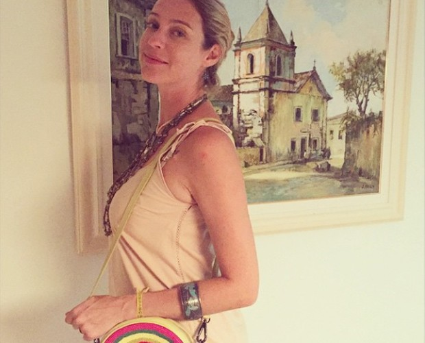 Luana posa para foto com bolsa colorida (Foto: Arquivo Pessoal)