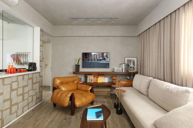 Poltrona Mole é ponto de partida em projeto de apartamento de 90 m² (Foto: Mariana Orsi/Divulgação)