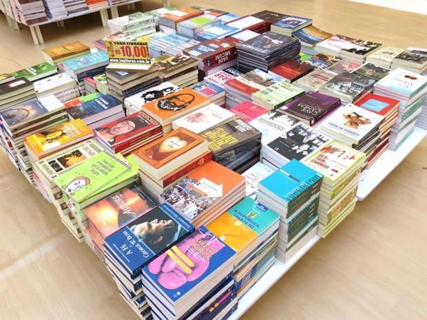Livros são vendidos com preço único em feira em shopping de Goiânia, Goiás (Foto: Divulgação/ Araguaia Shopping)