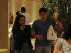 Livian Aragão passeia com o namorado no shopping, no Rio