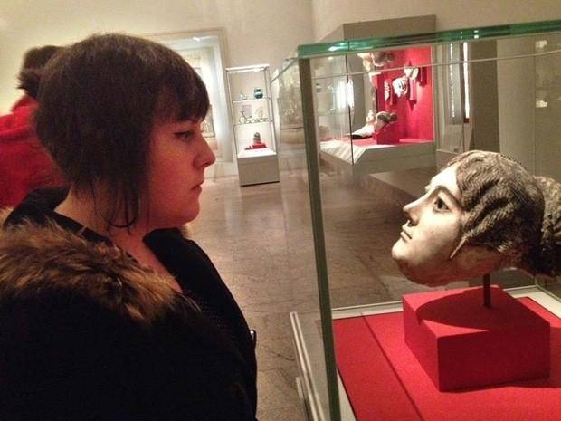 Mulher encontrou escultura de sua 'irmã gêmea' em museu de Nova York (Foto: Reprodução)