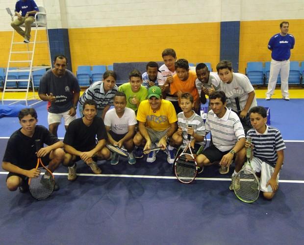 Federer com as crianças e professores do projeto Tênis no Parque (Foto: Caldeirão do Huck/TV Globo)