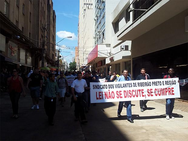 Sindicato estima 850 de 1,5 mil vigilantes em Ribeirão paralisaram atividades (Foto: Adriano Oliveira/G1)