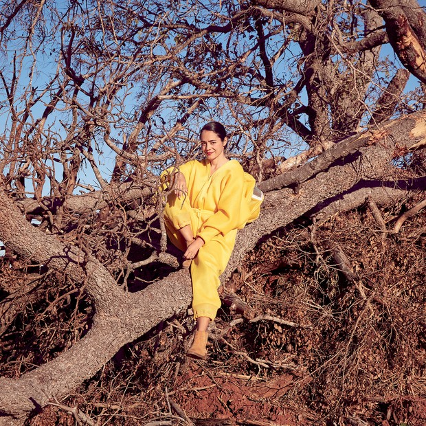 Helena Linhares vestida com seu novo look do dia: o de apicultora, na fazenda da família, no interior do Mato Grosso do Sul (Foto: Marina Najjar)