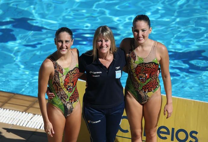Luisa Borges e Duda Miccuci, dueto do nado sincronizado do Brasil, com a técnica Maura Xavier (Foto: Satiro Sodré / SSpress / CBDA)