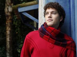 Caio Paduan usa cachecol em tom avermelhado (Foto: Mais Você / TV Globo)