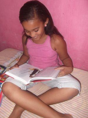 Clara lê um livro por semana e sonha em publicar o seu (Foto: Patrícia Carvalho / G1)