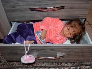 Brincar na gaveta de sapatinhos é um dos passatempos preferidos de Evelyn (Foto: Fernanda Zanetti/G1)