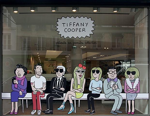 A vitrine com ícones da moda que celebrou o lançamento do livro Les Contes de Notre Enfance de Tiffany Cooper, em 2016 (Foto: Divulgação e Reprodução Instagram)