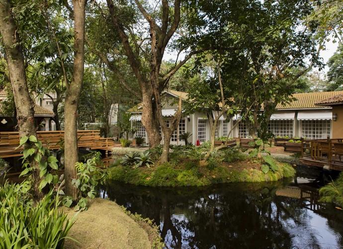 Jardim do 'É de casa' além de muitas árvores conta com um lago (Foto: Renato Rocha Miranda/ TV Globo)