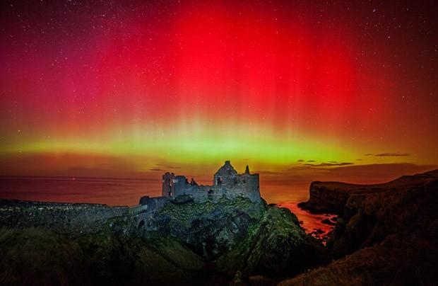 Forte tempestade geomagnética provoca uma aurora no Castelo de Dunluce, na Irlanda (Foto: Martina Gardiner via BBC)