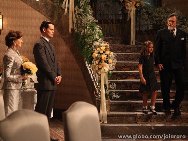 Pérola interrompe casamento para falar com avô (Foto: Carol Caminha/TV Globo)