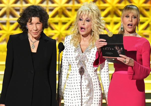 LOS ANGELES, CA - SEPTEMBER 17:  (L-R) Actors Lily Tomlin, Dolly Parton and Jane Fonda speak onstage during the 69th Annual Primetime Emmy Awards at Microsoft Theater on September 17, 2017 in Los Angeles, California.  (Photo by Kevin Winter/Getty Images) (Foto: Getty Images)