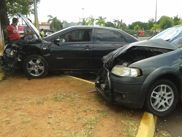 Corolla e Palio ficaram com a frente danificadas; um deles desrespeitou o sinal vermelho, segundo a PM (Foto: Mariane Peres/G1)