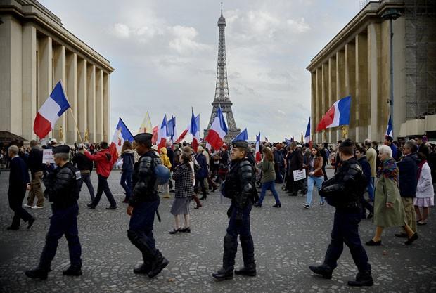 Centenas foram às ruas em Paris (Foto: Eric Feferberg/AFP)