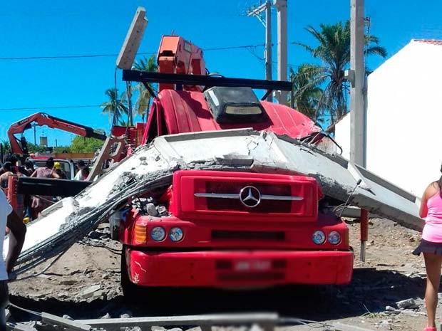 Uma das vigas atingiu o caminhão guincho utilizado para levantar as estruturas da construção no sul da Bahia (Foto: Divulgação/ Polícia Militar)