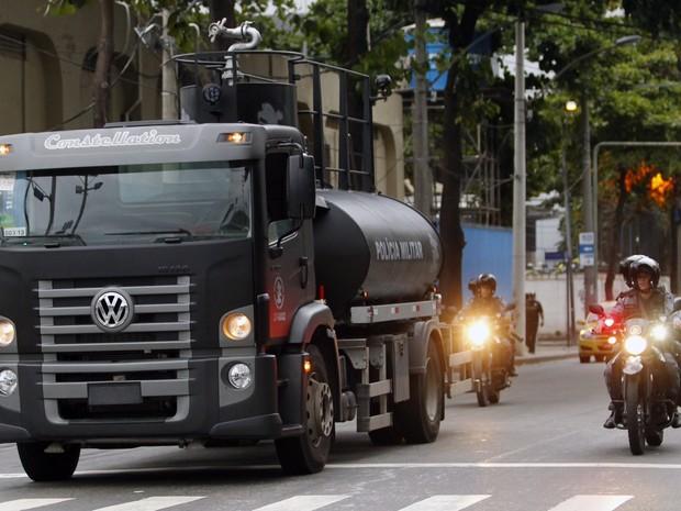 Caminhão pipa vai auxiliar PM em manifestações (Foto: Roberto Moreyra/ Extra)