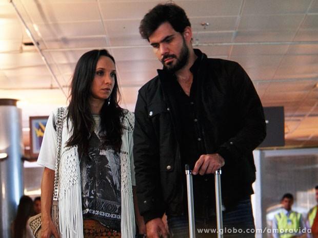 Alejandra e Ninho voltam ao Brasil (Foto: Amor à Vida)