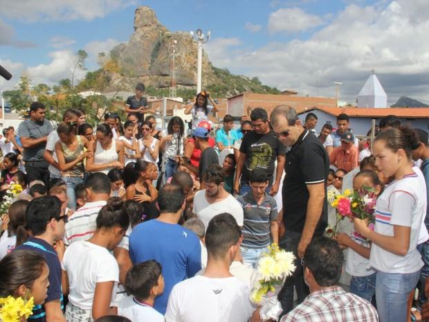 Enterro da professora Ienata Rios na cidade de Pé de Serra, na Bahia (Foto: Raimundo Mascarenhas/Calila Notícias)