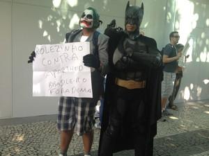 Batman e Coringa levam cartaz para o 'rolezinho' (Foto: Daniel Silveira/ G1)