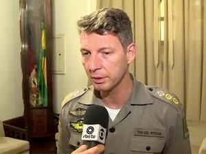 Comandante André Luiz Pithan estava com arma de forma irregular (Foto: Reprodução/RBS TV)