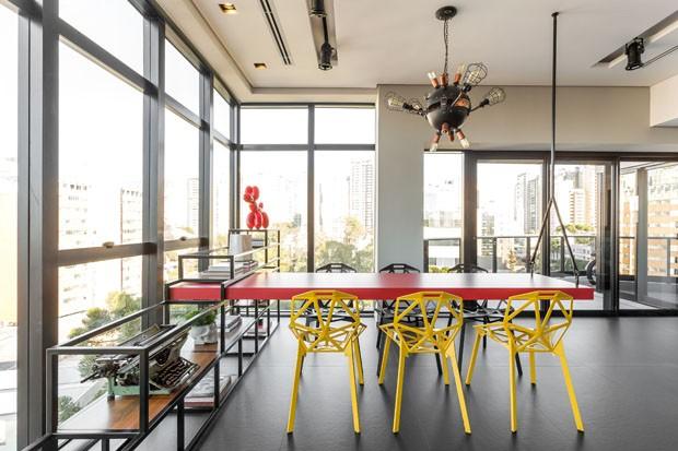 Apartamento industrial e masculino para jovem curitibano (Foto: Eduardo Macarios)