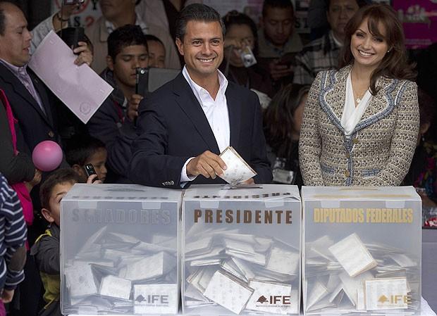 Favorito à eleição presidencial mexicana, Peña Nieto vota acompanhado da atual mulher, atual mulher, Angélica Rivera, uma ex-atriz de novelas da TV mexicana (Foto: AP)