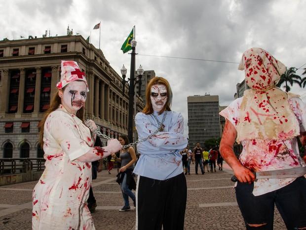Movimentação durante a Zombie Walk, no Centro de São Paulo (SP), nesta segunda-feira (2).  (Foto: Rogerio Cavalheiro/Futura Press/Estadão Conteúdo)
