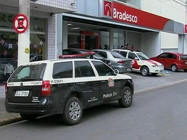 Agência bancária foi assaltada por grupo nesta sexta-feira (Foto: Reprodução/ TV TEM)