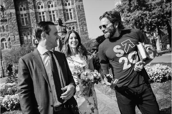 O ator Bradley Cooper com os noivos (Foto: Instagram)