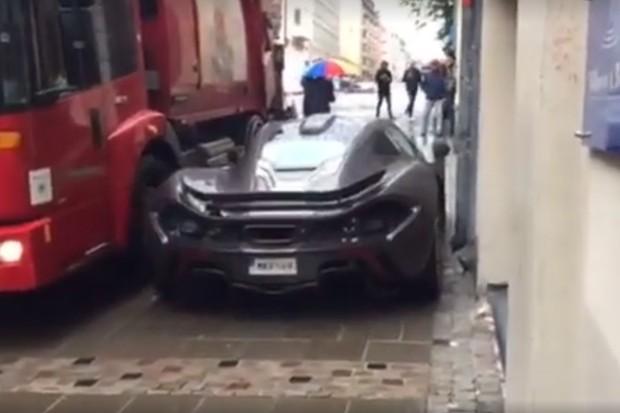 McLaren P1 se espreme entre caminhão de lixo e muro (Foto: Reprodução)