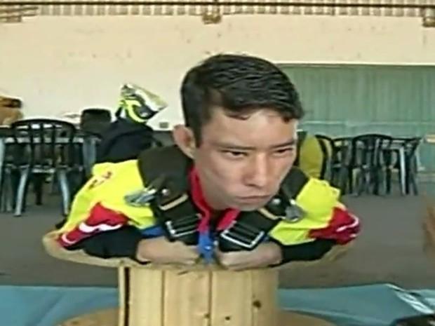 Tiago Melo, que tem síndrome rara, fez preparação para realizar sonho de saltar de paraquedas, em Goiás (Foto: Reprodução/G1)