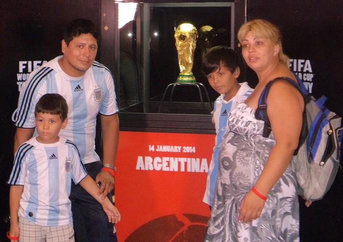 Tour da Taça - Mar Del Plata - Família argentina com a taça (Foto: Cassius Leitão)