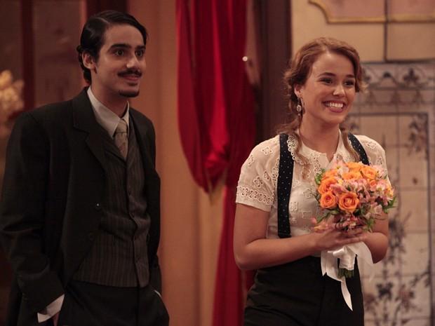 Alice pega o buquê e deixa Jonas alegre (Foto: Lado a Lado/TV Globo)