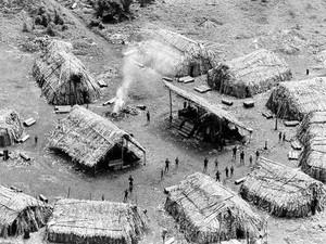 Imagem aérea registrada entre 1972 e 1973 de uma aldeia dentro da terra indígena Panará, entre os estados de Mato Grosso e Pará. (Foto: Pedro Martinelli/Instituto Socioambiental)