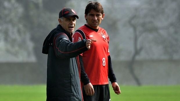 Técnico Jorginho conversa com meia Martín Ligüera, do Atlético-PR (Foto: Gustavo Oliveira/Site oficial do Atlético-PR)