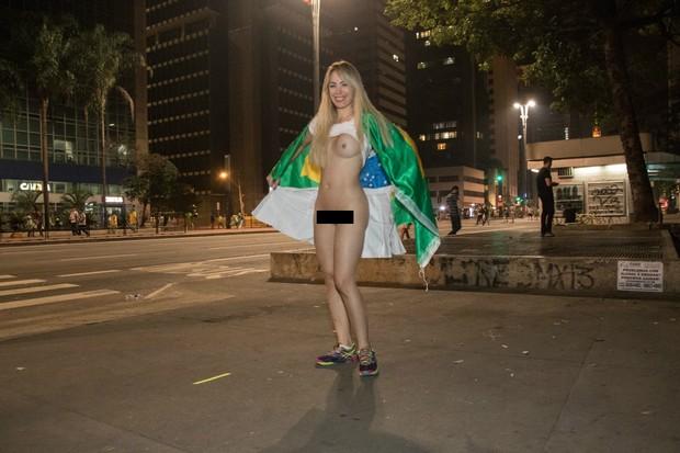 Ju Isen tira a roupa na Paulista (Foto: Marcelo Brammer / Studio Brammer)