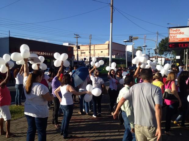 Dezenas foram ao Centro da capital para protestar contra a violência (Foto: Ellyo Teixeira/G1)