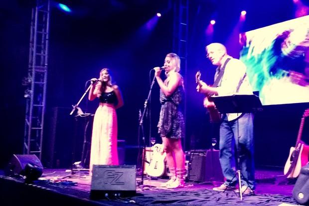 Dixie Pratt canta com a irmã e o pai na festa do namorado, Romário, no Rio (Foto: Léo Martinez/ EGO)